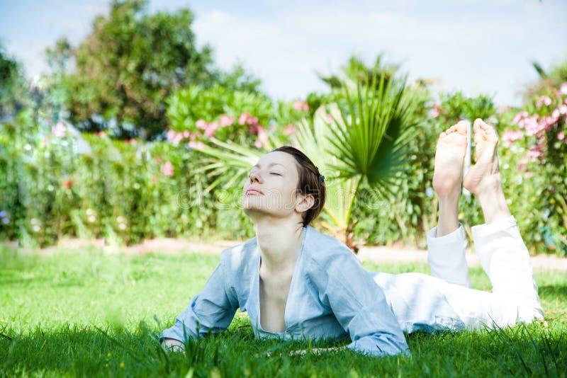 för sporttema för kobra utomhus- park skjuten yoga royaltyfria foton