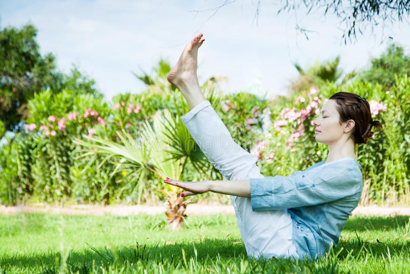 för sporttema för kobra utomhus- park skjuten yoga royaltyfri bild
