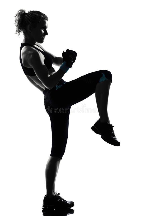 För ställingsboxare för kvinna kickboxing boxning arkivbilder