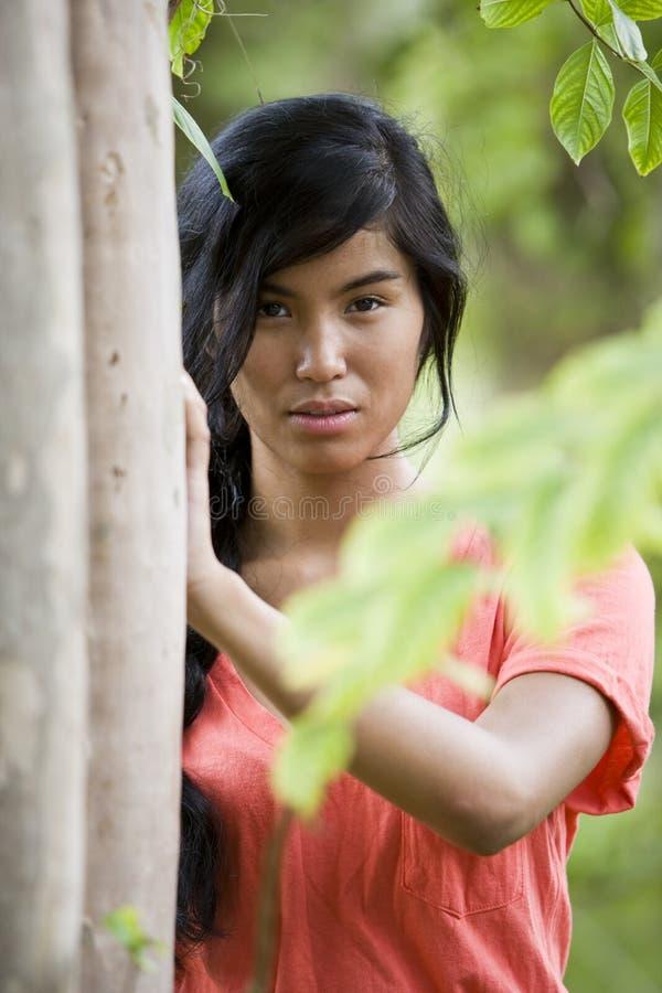 för ståendekvinna för härlig öbo Stillahavs- barn royaltyfri foto