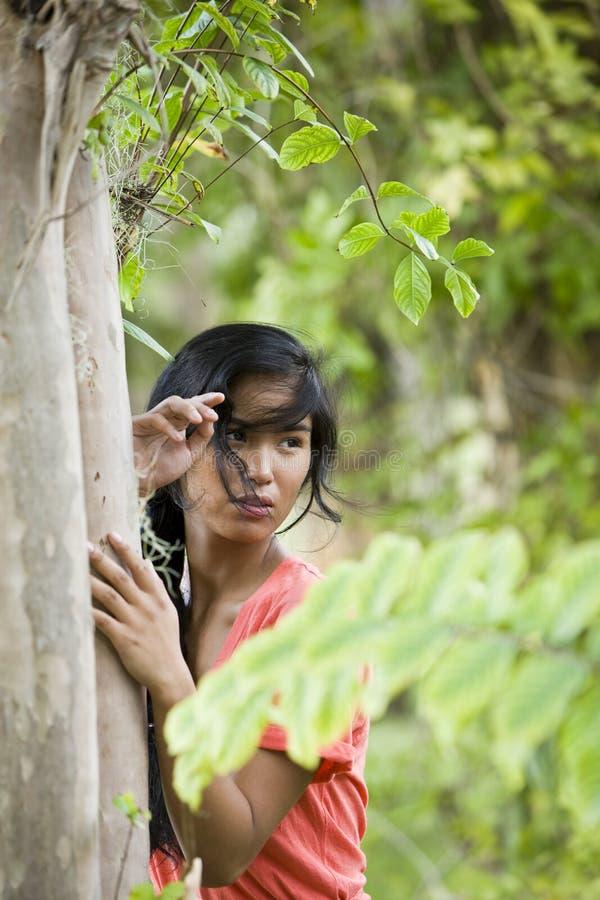 för ståendekvinna för härlig öbo Stillahavs- barn arkivfoto