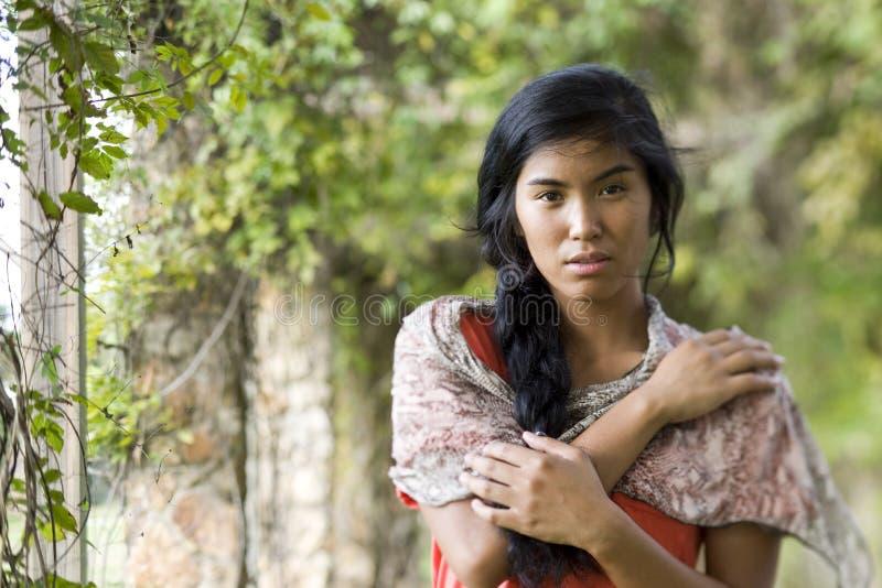 för ståendekvinna för härlig öbo Stillahavs- barn royaltyfri bild