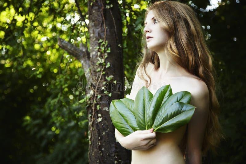 för ståenderomantiker för skog grön kvinna royaltyfri bild