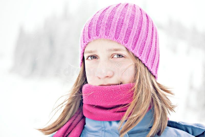 för ståendesnow för flicka utomhus- vinter royaltyfria foton