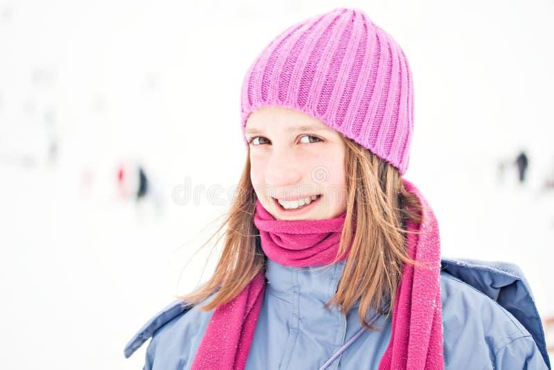 för ståendesnow för flicka utomhus- vinter arkivbild