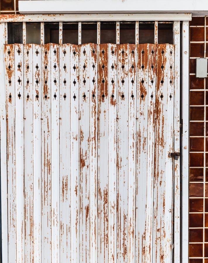 För stållegering för gammal detaljerad åldrig tappning rostig brun texturerad elasticitet för dörr av den traditionella asiatiska royaltyfri foto