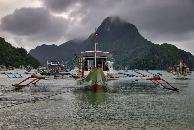 För stadFilippinerna för El Nido turist- fartyg royaltyfria bilder