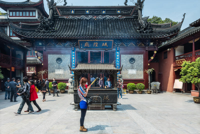 För stadsgud för folk be Chenghuang Miao shanghai för tempel porslin royaltyfria foton