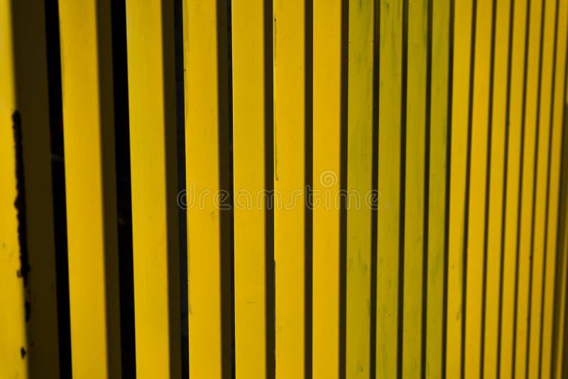 För staketabstrakt begrepp för gul metall band arkivbild