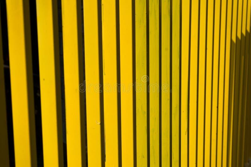 För staketabstrakt begrepp för gul metall band arkivfoto