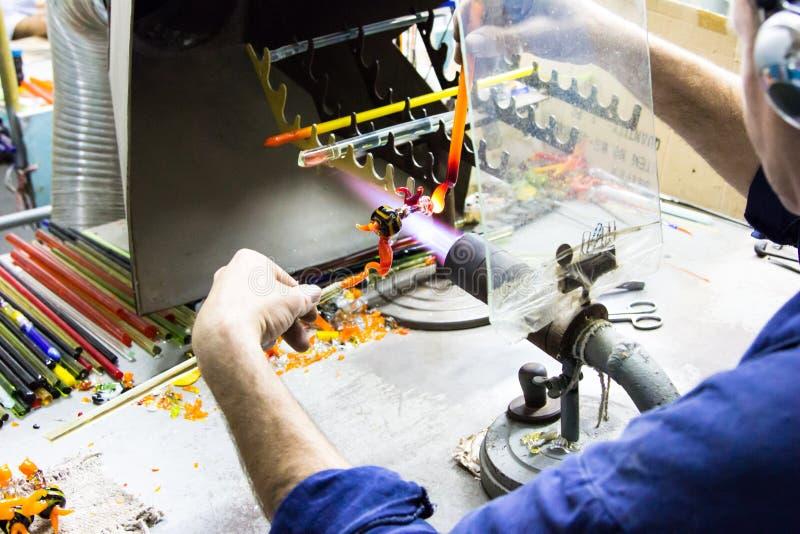 För statyettfolk för handgjord glass idérik handwork glass aktivitet royaltyfri foto