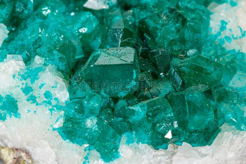 För stenDioptase för makro mineralisk koppar silikat på en vit bakgrund arkivfoton