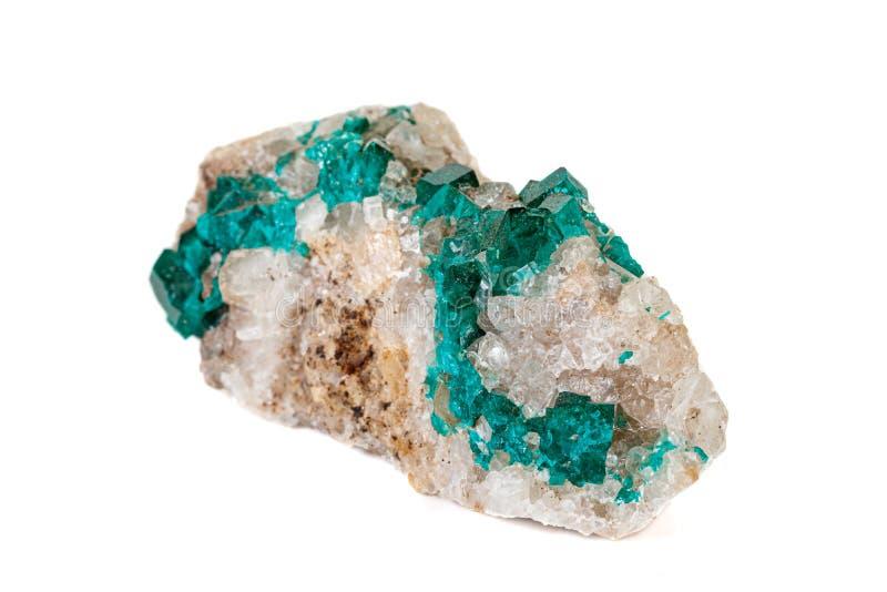 För stenDioptase för makro mineralisk koppar silikat på en vit bakgrund arkivbild