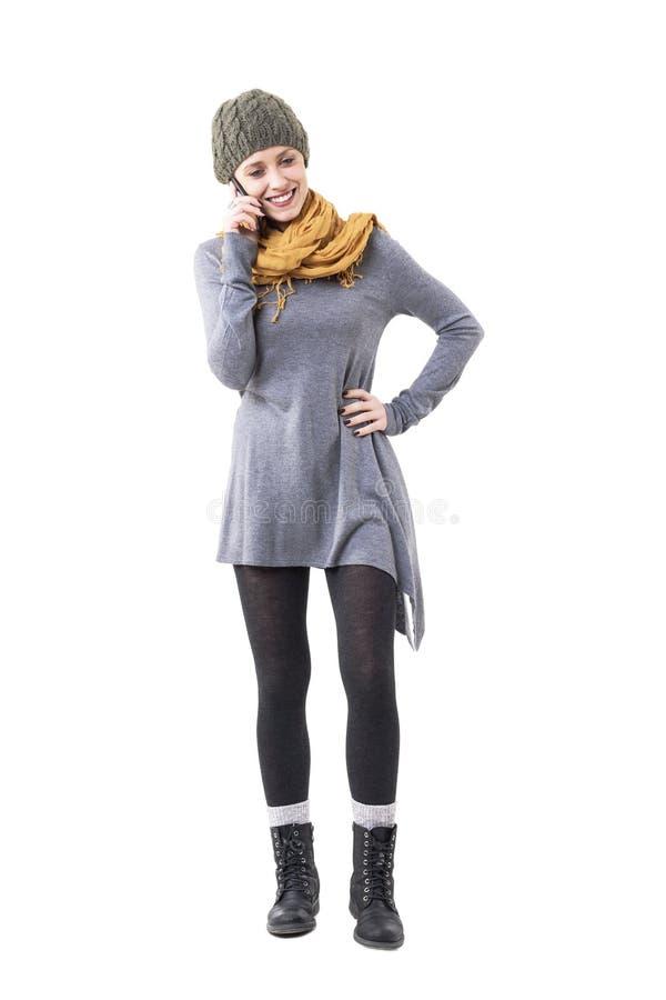 För stilhipster för lycklig ung innegrej som unik kvinna ler och talar på mobiltelefonen arkivfoton