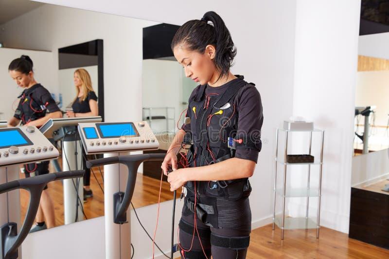 För stimulansdräkt för EMS electro kvinna arkivbilder