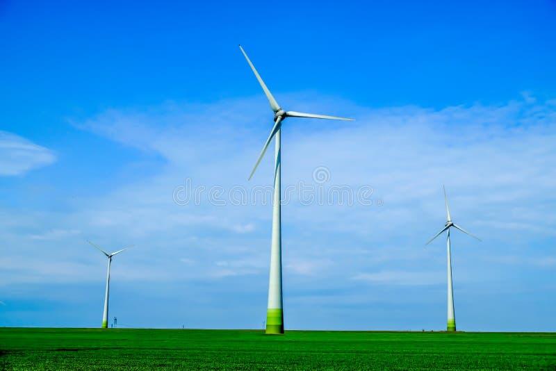 för strömturbin för energi grön modern windmill för wind arkivbilder