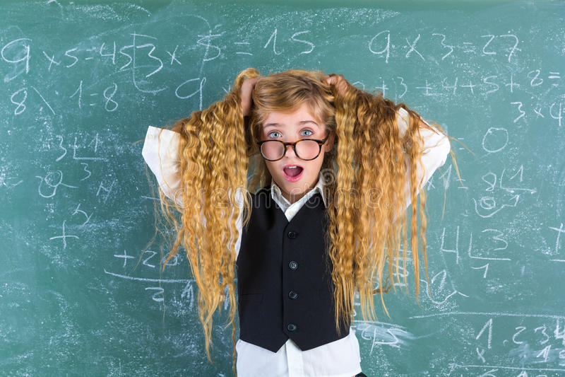 För studentflicka för galen nerd förvånat blont hår för håll arkivfoton
