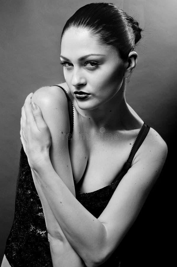 för studiowhite för svart stående sexig kvinna royaltyfria bilder