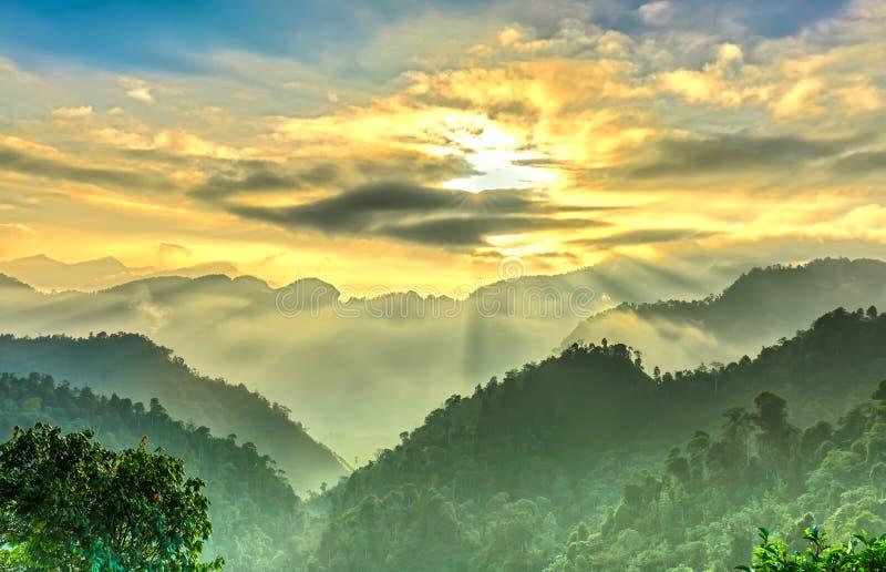 För Suoi Giang för Sunstar morgon uppemot port himmel royaltyfri foto