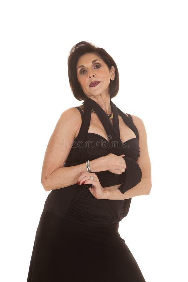 För svartklänning för äldre kvinna allvarligt uttryck royaltyfria bilder