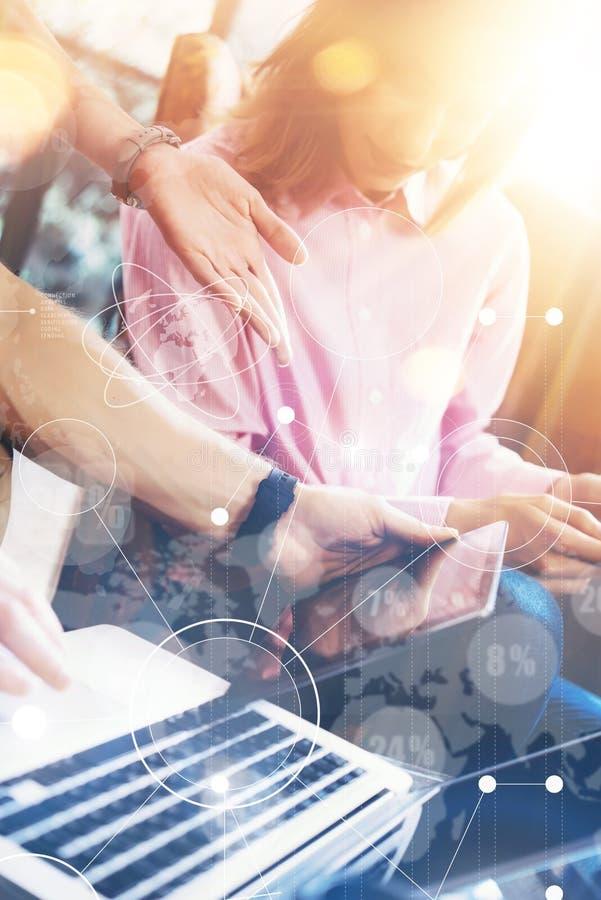 För symbolsgraf för global anslutning faktiskt forska för marknadsföring för manöverenhet Den unga Coworkersgruppen analyserar mö arkivfoto