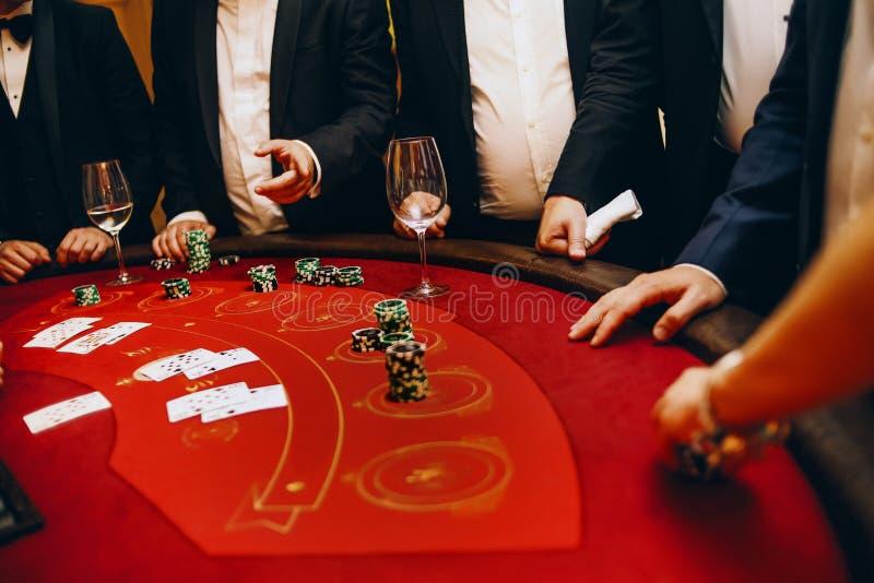 För tabellgrupp för kasino rött slå vad lek folk royaltyfri bild
