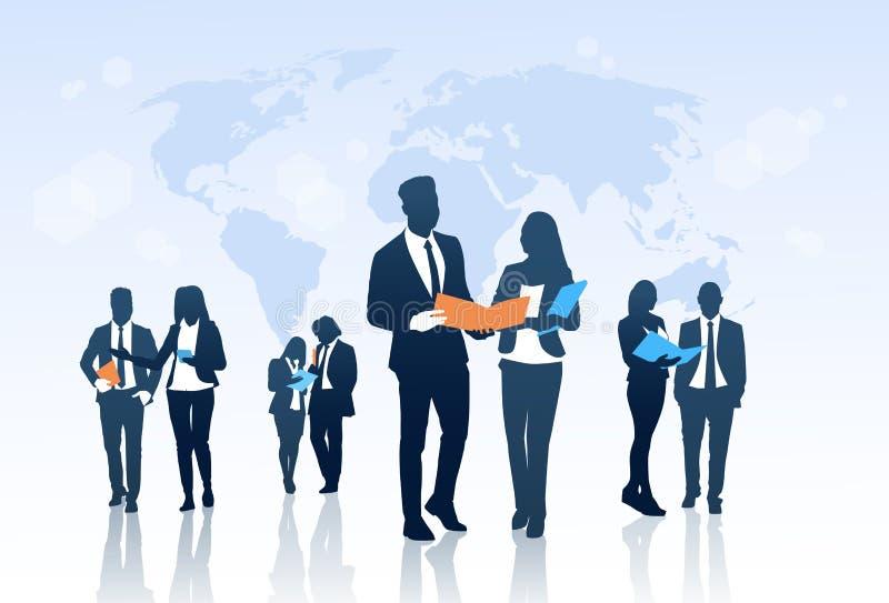 För Team Crowd Silhouette Businesspeople Group för affärsfolk mappar för dokument håll över världskarta royaltyfri illustrationer