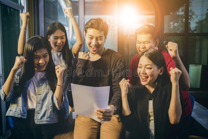 För teamworklycka för asiat frilans- sinnesrörelse när lyckad proje arkivfoton