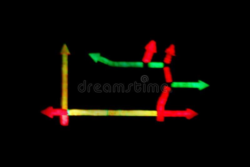 För teckenriktning för suddig pil som digital LEDD tändande guling för gräsplan för trafikstockning röd är färgrik på bakgrund fö arkivfoton