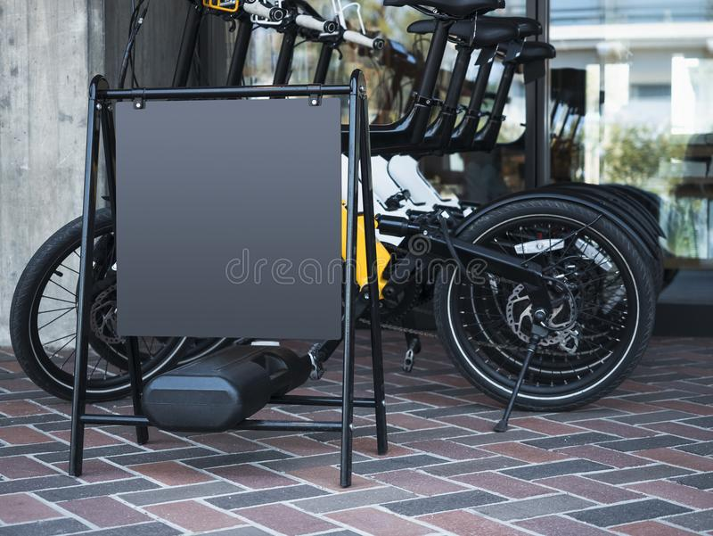 För teckenställningen för åtlöje shoppar den övre tomma cykeln hyraservice arkivbild