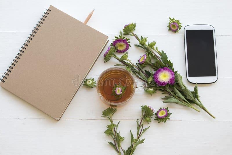 För tecoctail för anteckningsbok och för växt- sunda drinkar varmt citronvatten royaltyfri foto