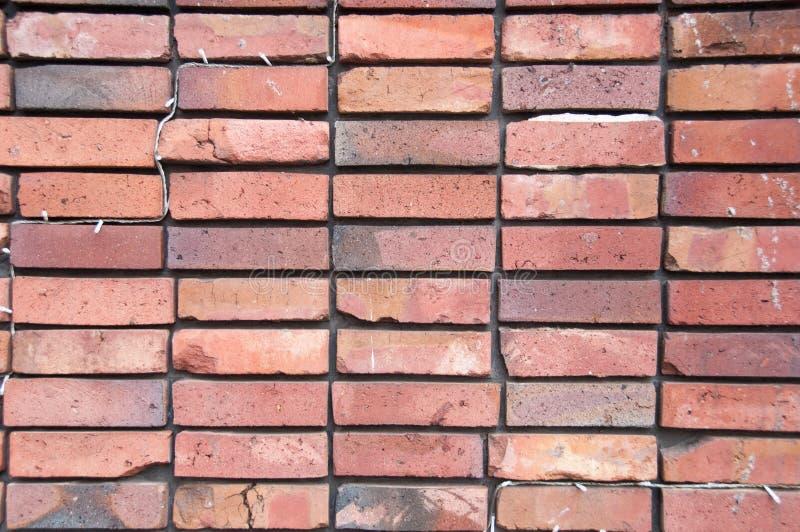 För tegelstenvägg för ren symmetri proper orange bakgrund royaltyfri fotografi
