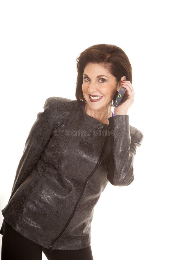 För telefonsamtal för äldre kvinna leende arkivfoto