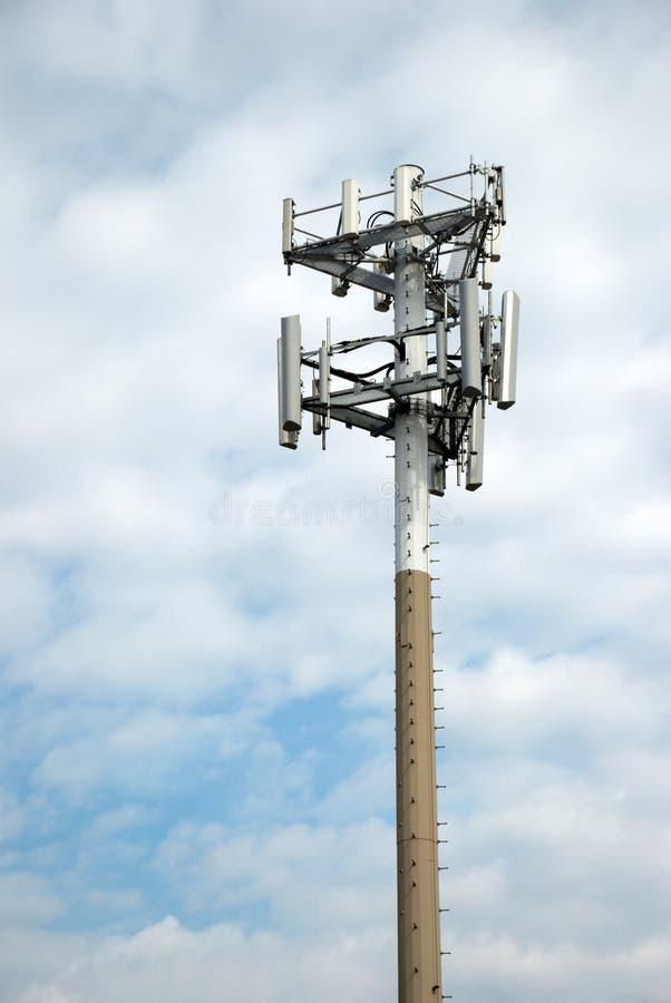 för telefonsky för cell molnigt torn royaltyfri bild