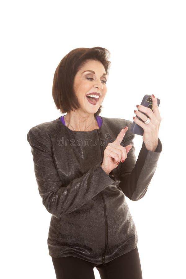 För telefontext för äldre kvinna leende arkivfoton