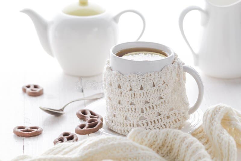 För tevinter för kopp varm afton arkivfoton