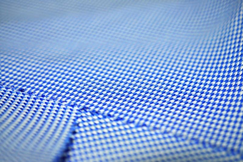 För texturpil för slut övre blått för tyg för modell och vit av skjortan arkivfoton