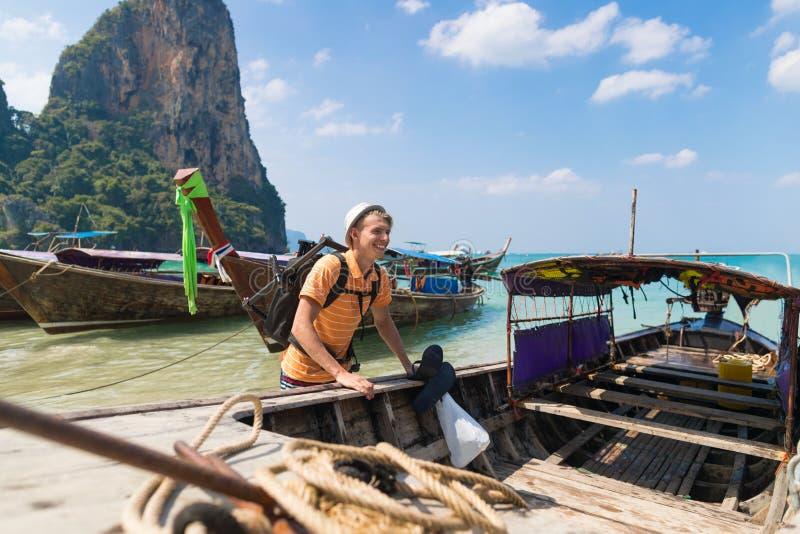 För Thailand för lång svans för ung man turist- hav Guy Sea Vacation Travel Trip för port fartyg arkivbild