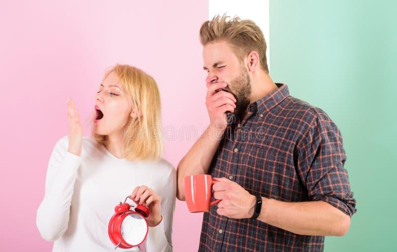 För tidig uppvaknande Par sover inte nog tid Kaffe för familjdrinkmorgon som gäspar framsidor Hatmorgonuppvaknande royaltyfri foto