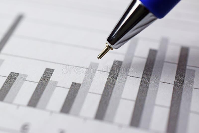för tidskriftpenna för diagram finansiell uppvisning för rapport royaltyfria foton