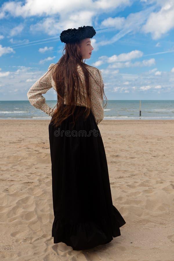För tillbaka rosa krona strandsvart för flicka, De Panne, Belgien royaltyfri fotografi