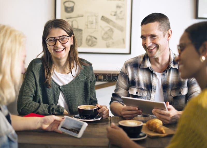För tillfällig gladlynt begrepp coffee shopCoworker för avbrott royaltyfri foto