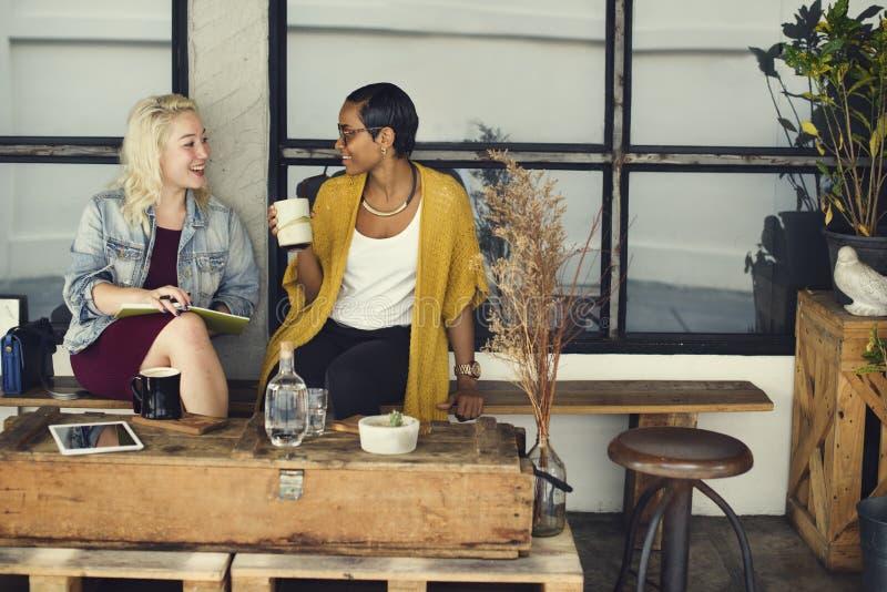 För tillfällig gladlynt begrepp coffee shopCoworker för avbrott arkivbilder