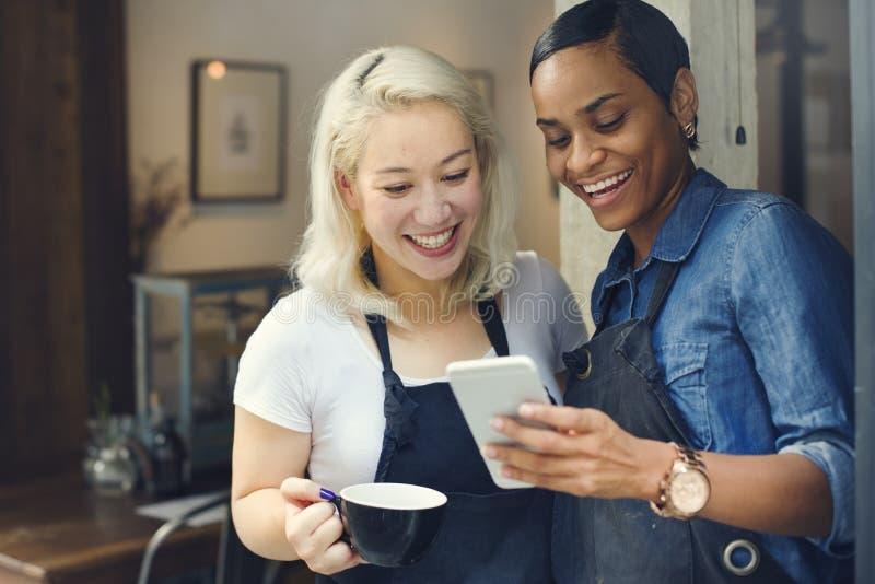 För tillfällig gladlynt begrepp coffee shopCoworker för avbrott arkivfoton