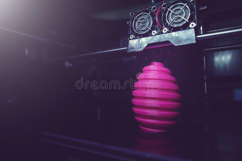För tillverkningssår för FDM 3D-printer för easter rosa skulptur ägg - bred vinkelsikt på objekt, tryckhuvudet och maskinkammare fotografering för bildbyråer