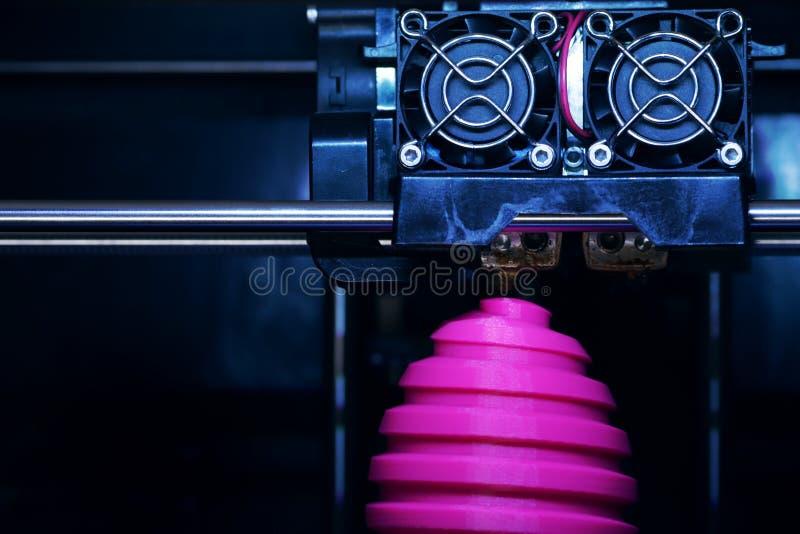 För tillverkningssår för FDM 3D-printer för easter rosa skulptur ägg - främre sikt på objekt- och tryckhuvudet arkivbilder