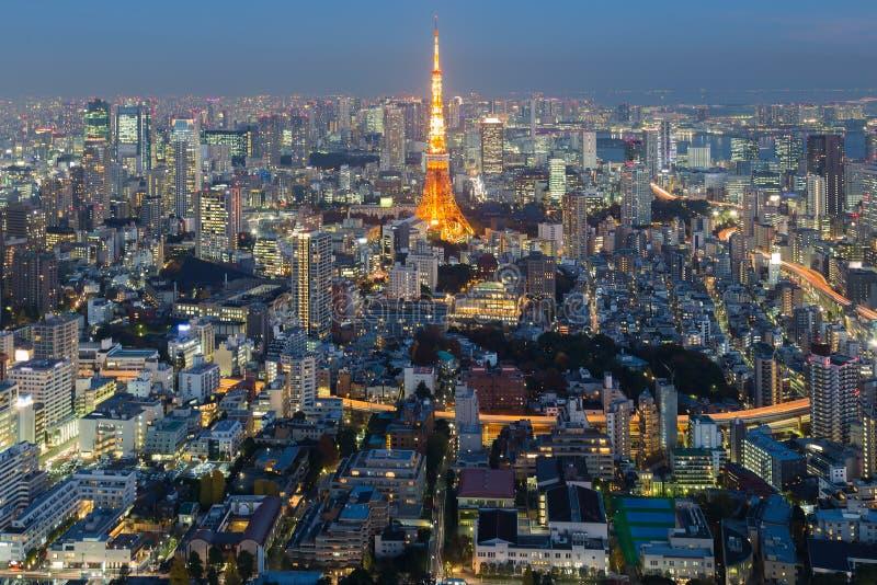 För Tokyo för flyg- sikt nattetid för horisont stad fotografering för bildbyråer
