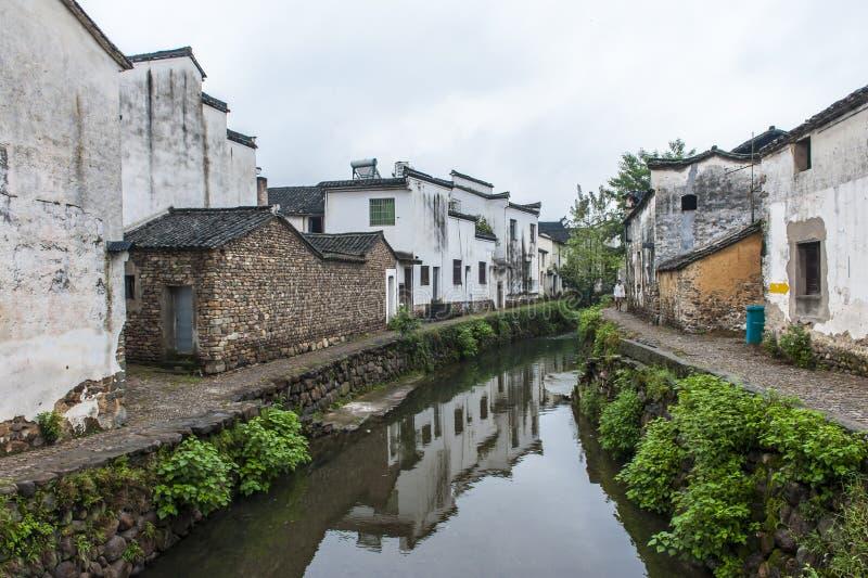 By för traditionell kines längs en flod royaltyfri bild