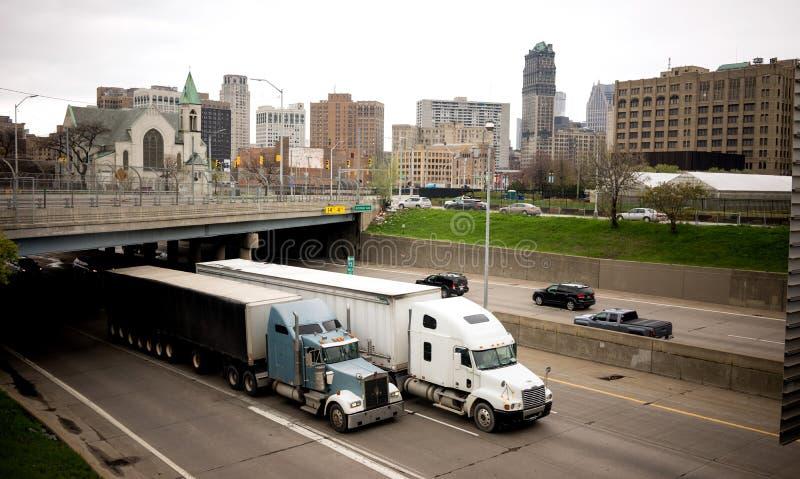 För trafikflöden för mellanstatlig huvudväg Arouund Detroit Michigan tunnelbana royaltyfri bild