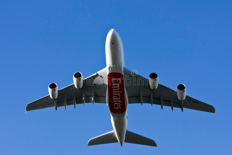 för trafikflygplanflygbolag för flygbuss som a380 emirates low flyger fotografering för bildbyråer